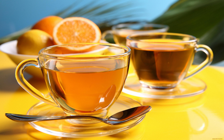 фото двух чашек чая с лимоном ней представлена